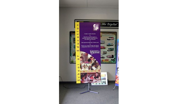 Retractable image banner stand